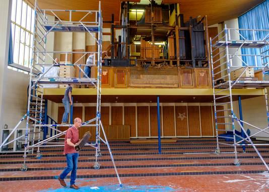 Vrijwilligers van de Gereformeerde Gemeente Berkenwoude verwijderen het orgel uit de Morgensterkerk in Middelburg. Het krijgt een nieuwe toekomst in een nog te bouwen kerk in Berkenwoude.