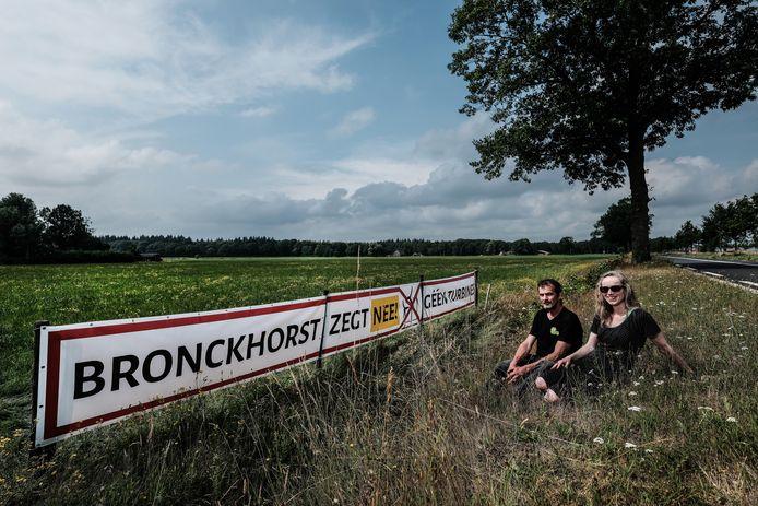Gerrit Bluemink en Rineke de Voldere bij één van de drie 10 meter lange spandoeken met opschrift 'Bronckhorst zegt nee! Géén turbines' langs de N315 tussen Veldhoek en Zelhem.
