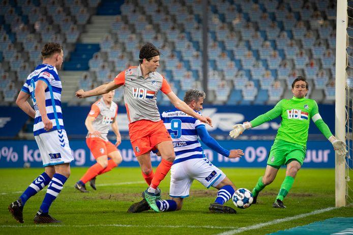 De Graafschap-aanvoerder Ralf Seuntjens (9) krijgt de bal niet in het doel.