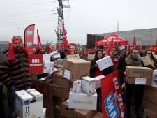Boos personeel Hoenderloo Groep legt tweehonderd pakketdozen voor deur van Pluryn in Nijmegen