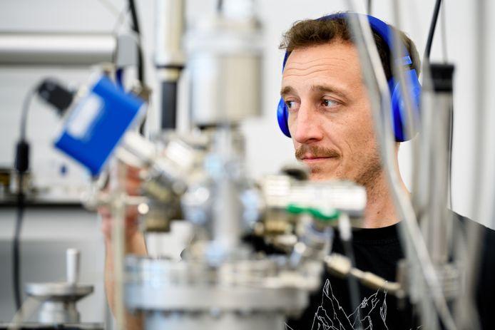Een onderzoeker van ASML aan het werk in een laboratorium in Veldhoven.