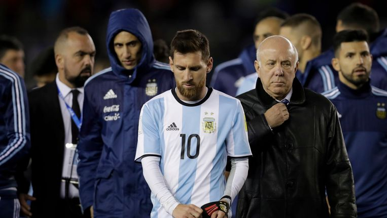 Lionel Messi en co verlaten het veld na de povere 1-1 tegen Venezuela.