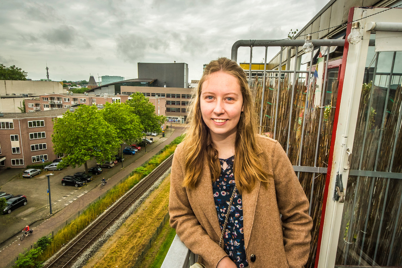 Mariska Veringmeier op het balkon van haar studentenflat.