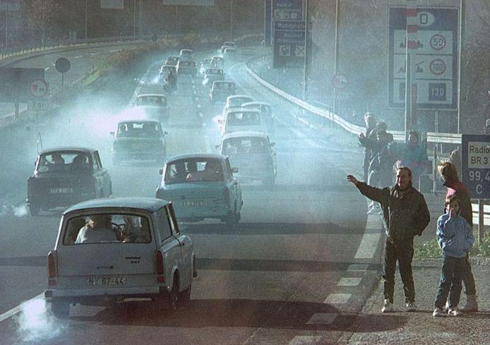 Een file van Trabants met hun verstikkende uitlaatgassen op de Duitse snelweg A9 in 1989.