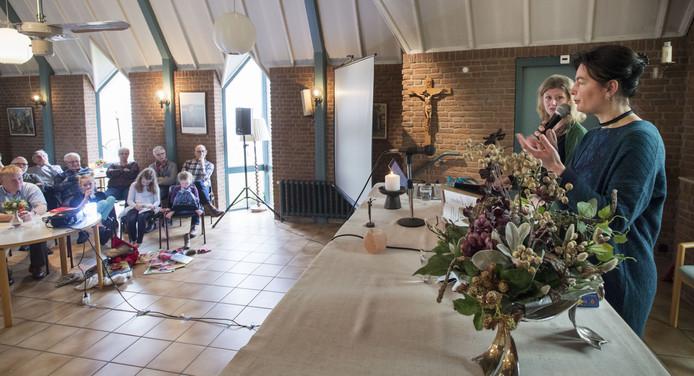 Helene Westerik (rechts) gaat met haar collega Nicoline Swen (links vooraan) het vrijzinnige gedachtengoed ook buiten de kerk uitdragen.