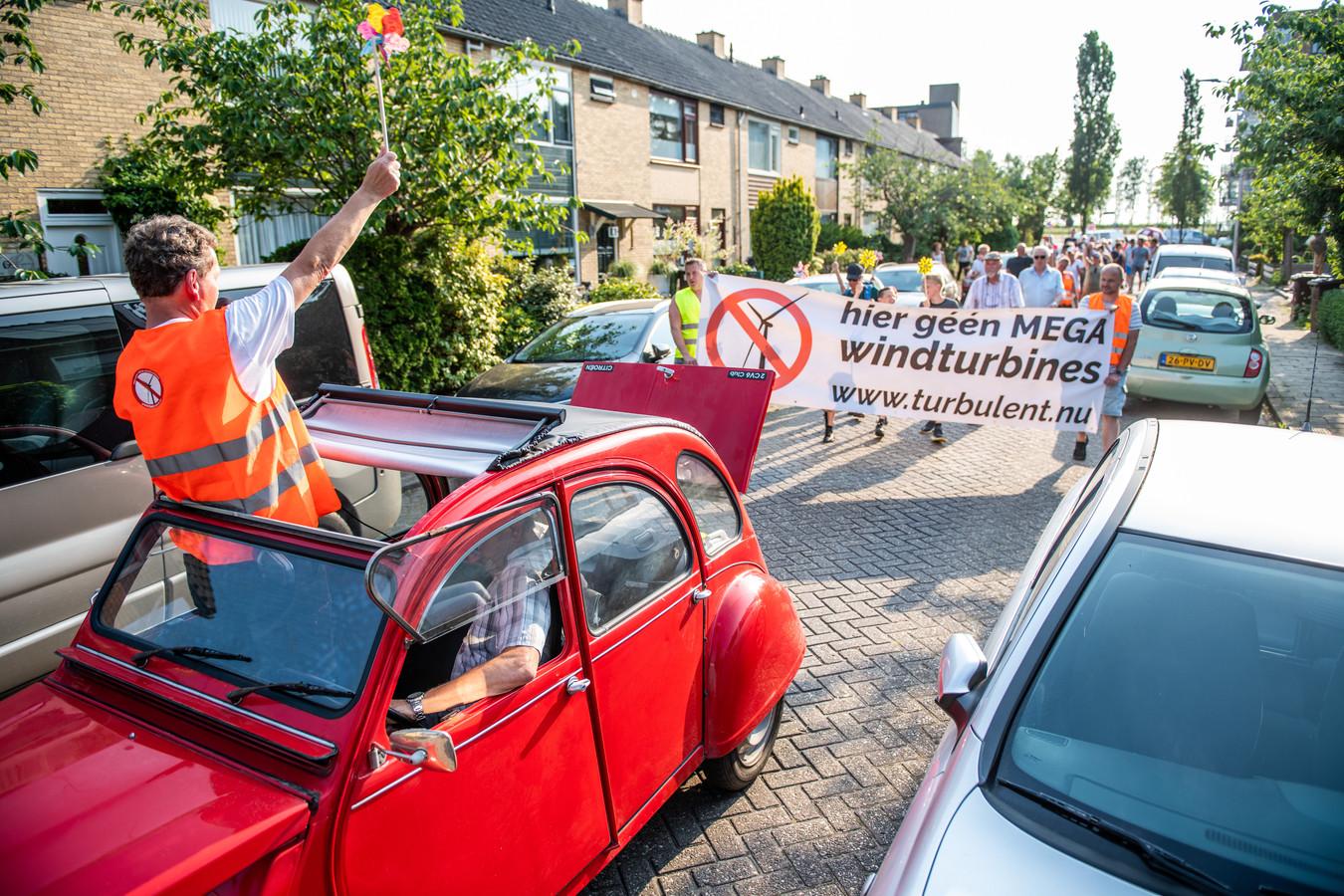 Inwoners van Hazerswoude Rijndijk gingen woensdagavond de straat op om te protesteren tegen de komst van windmolens.