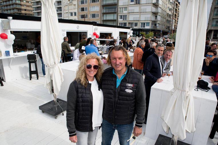 Christoph en Ann in hun nieuwe beachbar Famouz.