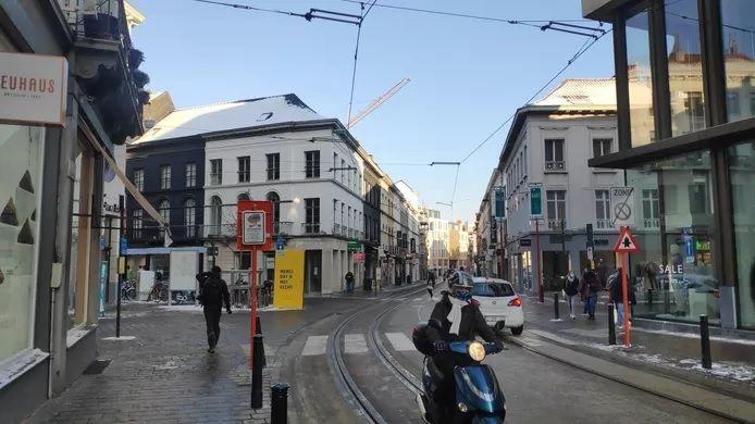 Aucun panneau n'indique qu'il est interdit de tourner à droite depuis le Vogelmarkt.