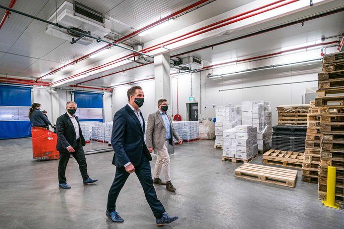 Demissionair minister Hugo de Jonge (Volksgezondheid, Welzijn en Sport) bezoekt Movianto in Oss. Het Brabantse bedrijf neemt de opslag van alle coronavaccins voor zijn rekening.