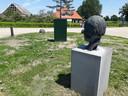 Het beeld van dokter Dorresteijn staat op de kruising tussen het Voorste Gewind en de Dwarsweg in Heukelum. Enkele weken geleden stond er plots een elektriciteitskast voor zijn neus.