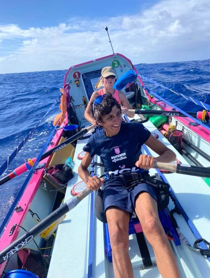 Bela Evers (voorgrond) en Femke van der Kley roeien The Liberty richting Antigua. Astrid Janse n Désirée Kranenburg hebben rust.