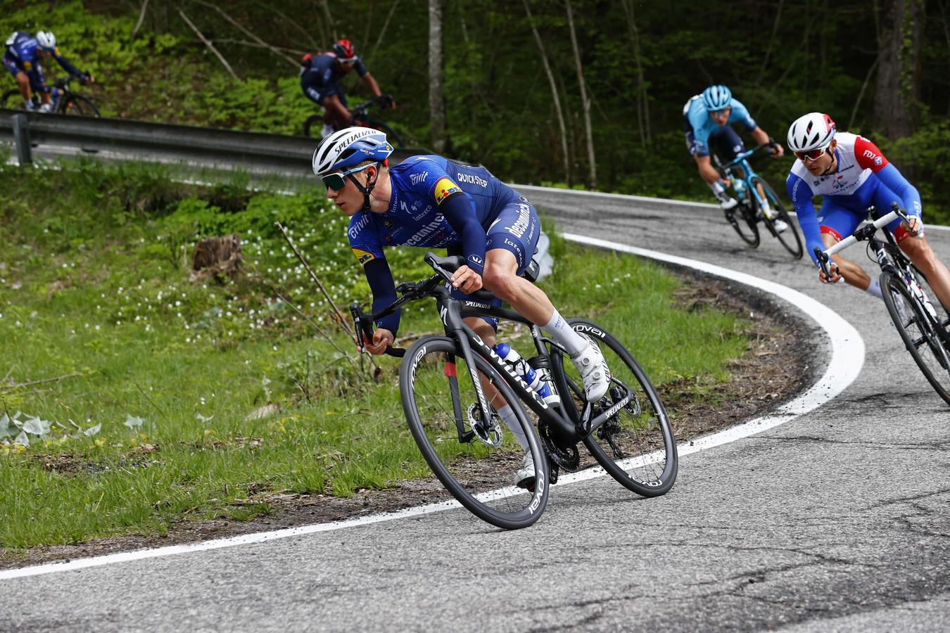 Remco Evenepoel aan het werk in een afdeling tijdens de Giro.