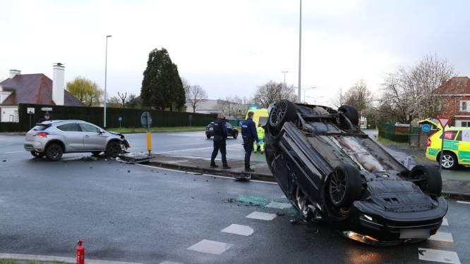 Wagen gaat over kop en eindigt op dak na aanrijding tussen twee voertuigen