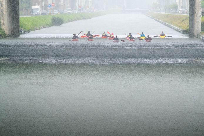 MECHELEN Kayakkers op de Leuvense Vaart schuilen voor de regen onder de spoorwegbruggen aan het station