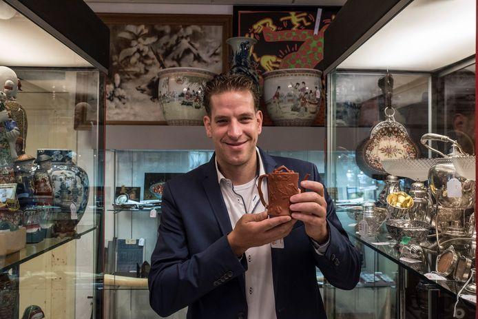 Mede-eigenaar van Twents Veilinghuis Laurens ten Vergert met het potje uit het Chinese Yixing