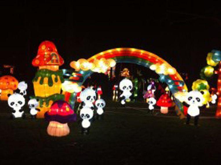 De Chinese traditie van lichtfestivals is voor het eerst neergestreken aan de voet van de Euromast in Rotterdam. Al eeuwenlang worden in China lantaarns en lampionnen ontstoken om te bidden voor een goede oogst. Wandelend tussen 35 lichtobjecten van sprookjesfiguren, bloemen en dieren (waaronder een 100 meter lange draak) en door een gigantische Temple of Heaven waant de bezoeker zich in magisch China. Tientallen Chinese kunstenaars zijn in de weer geweest met lichtgevende, bewegende beelden en lasershows. Volgens de organisatoren is China Light Rotterdam het grootste Chinese lichtspektakel in Europa ooit. Het duurt tot 15 februari. Beeld Linda Post