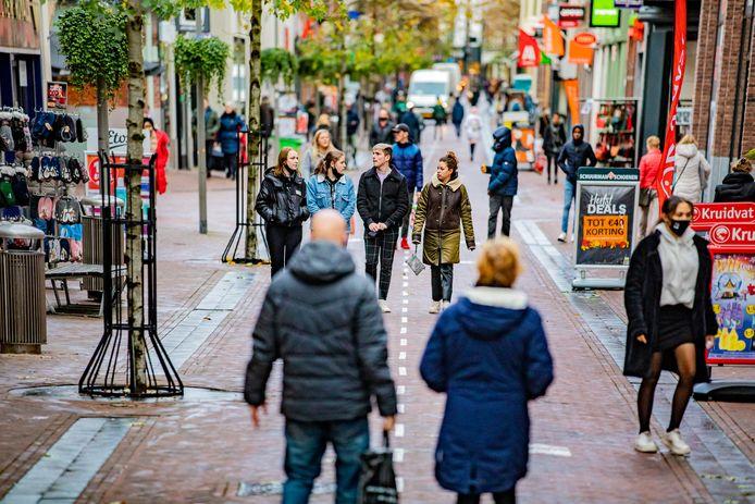 Bezoekers in de Hoofdstraat van Apeldoorn.