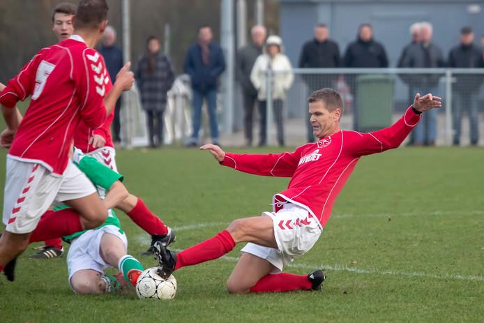 POORTVLIET -  De vijftigjarige Albert Pieter van de Belt Rechts in beeld) staat nog steeds zijn mannetje als centrale verdediger bij SPS uit Poortvliet. Pix4Profs/Chris van Klinken