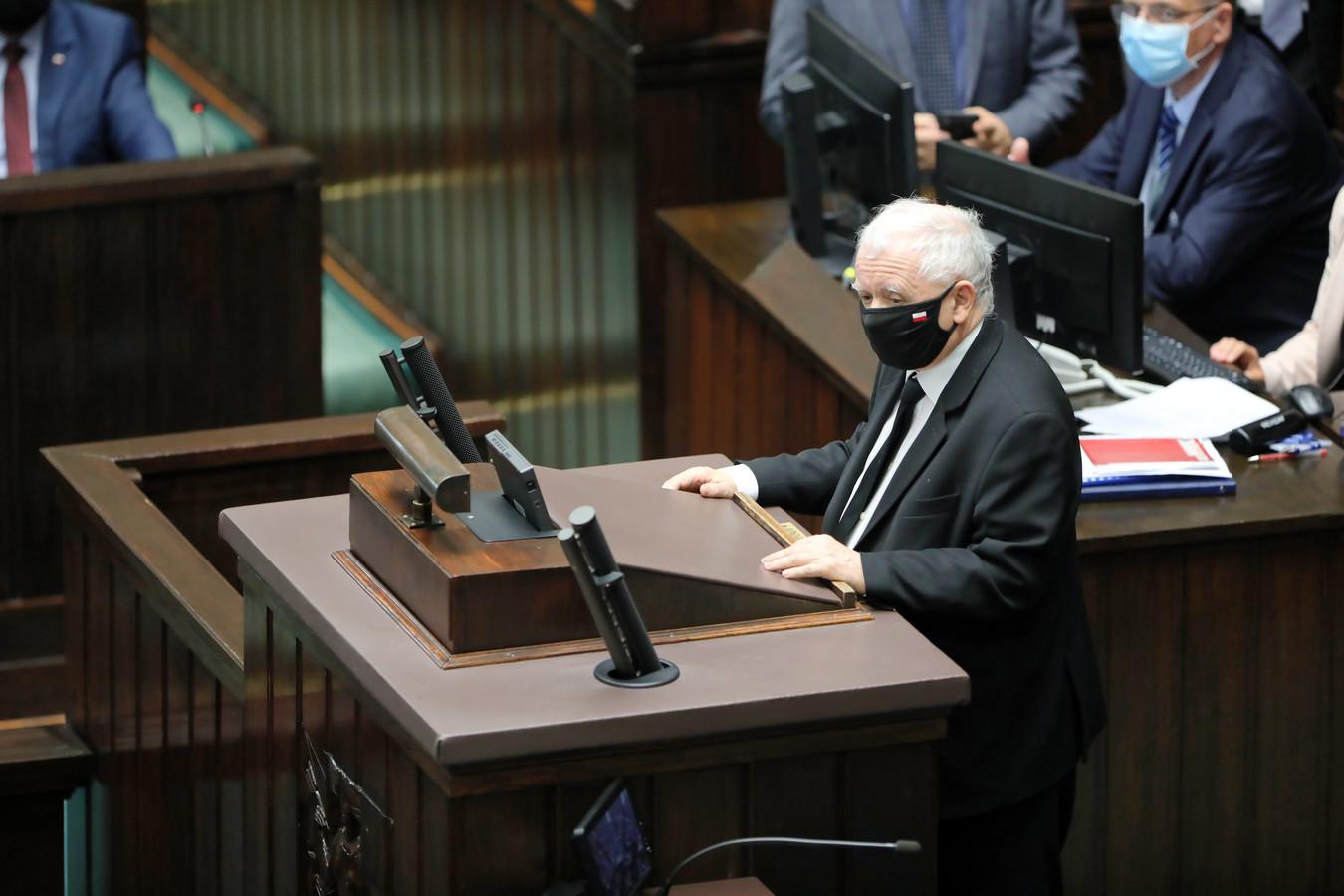 Jaroslaw Kaczynski, leider van de regerende partij Recht en Rechtvaardigheid, spreekt in het Poolse parlement.