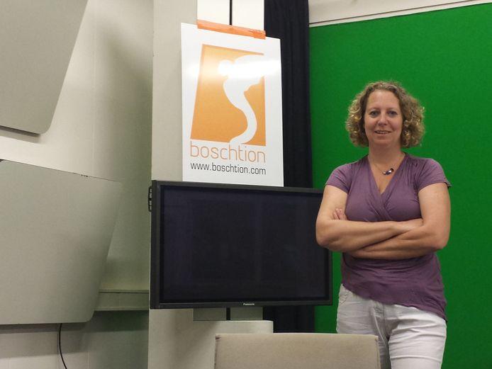Claudia van Ruiten, de nieuwe hoofdredacteur van Boschtion, in de tv-studio van de lokale zender.