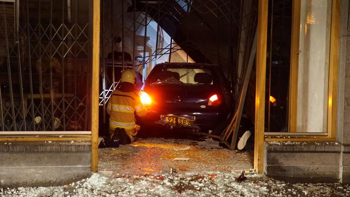 De auto reed dwars door de winkelpui van Auckland in de Deventer binnenstad.