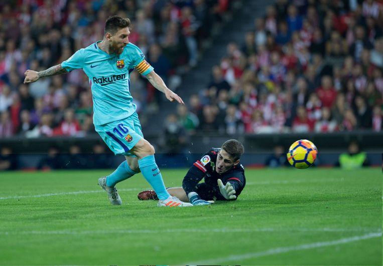 Kepa probeert Messi hier van een goal te houden.
