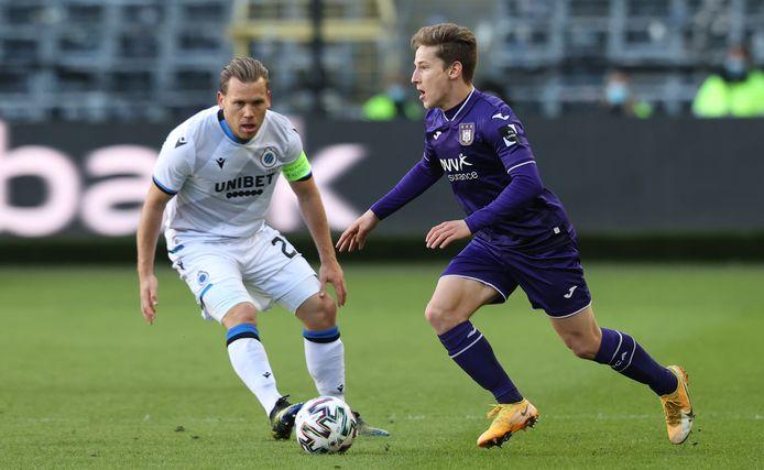 Ruud Vormer (l) met Club Brugge in actie tegen Anderlecht, de club die de meeste financiële steun kreeg.
