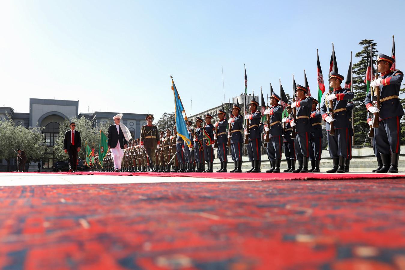 De Afghaanse president Mohammad Ashraf Ghani inspecteert de erewacht voorafgaand aan het bijwonen van de Eid al-Fitr-gebeden in het presidentieel paleis in Kabul.