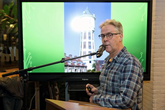 """Stadsdichter Eric van Deelen presenteerde zijn """"gedichtenroute"""" op het scherm almede de dichters die een gedicht kwamen voordragen"""