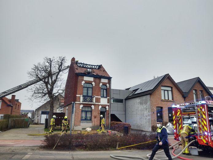 Burgemeester Koen T'Sijen moest de woning aan de Vremdesteenweg  in Boechout onbewoonbaar verklaren na de brand.
