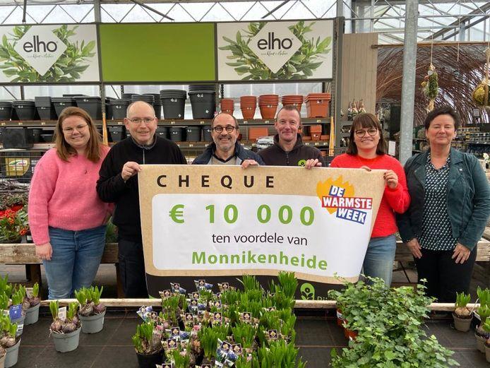 Monnikenheide ontving een cheque ter waarde van 10.000 euro van tuincentrum Rijmenants. V.l.n.r: Famke Pauwels, Jan Van Den Sande, Johan Vermeeren, Danny Beukeleers, Karolien Balus, Kristel Sommen.