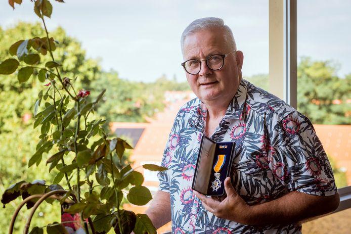 """Henk Lobers hielp al bij meer dan 150 burenruzies en kreeg daarvoor een lintje. ,,Ik heb wel even gehuild toen ik het lintje kreeg."""""""