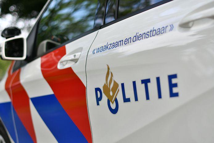 De politie pakte E. op na zijn dreigement. Op het politiebureau gooide hij met urine naar agenten.