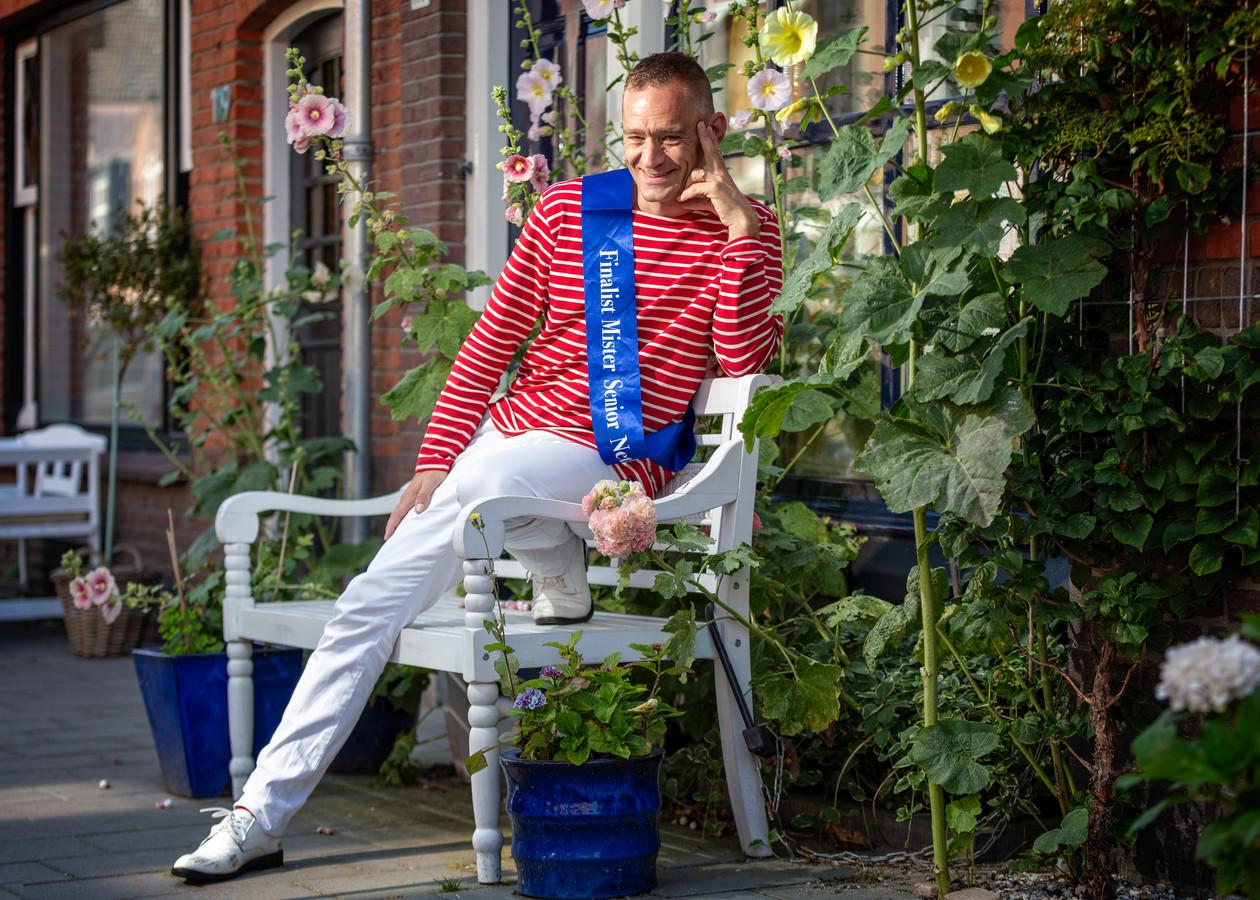 Remco Lodeweges op het bankje voor zijn woning.
