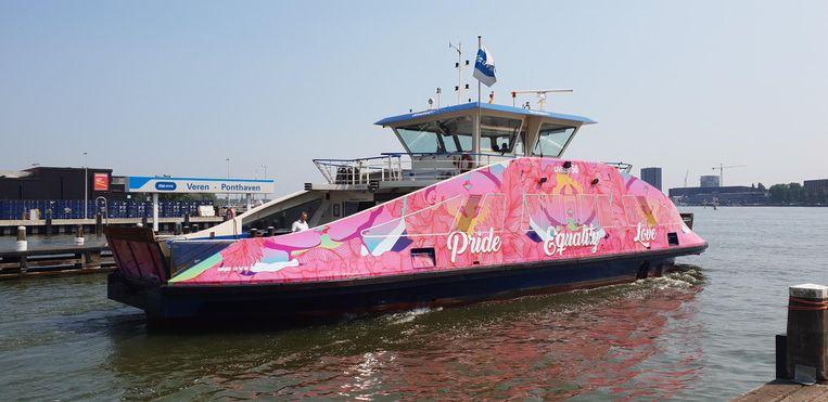 De roze Pride Pont vaart de hele maand augustus Beeld GVB