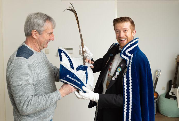 Vader Johan helpt zoon John zich aan te kleden als prins carnaval.