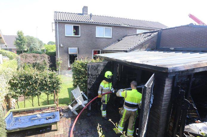 De schuur brandde helemaal af. Ook het huis kreeg het zwaar te verduren.