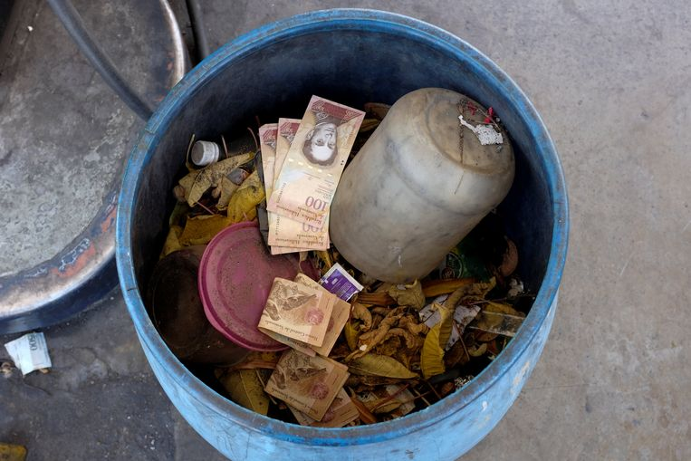 De bolívar is zodanig waardeloos geworden dat mensen zelfs bankbiljetten in de vuilnisbak kieperen.  Beeld REUTERS