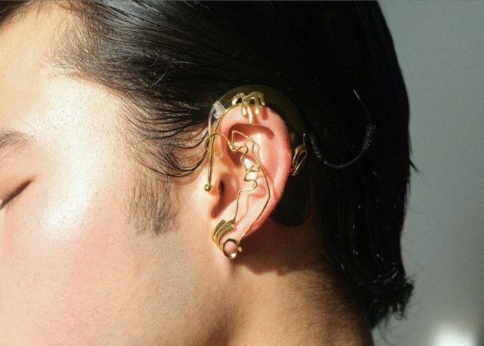 Chella Man met een van zijn earcuffs.