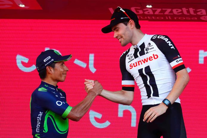 Tom Dumoulin ontvangt de felicitaties van Nairo Quintana.