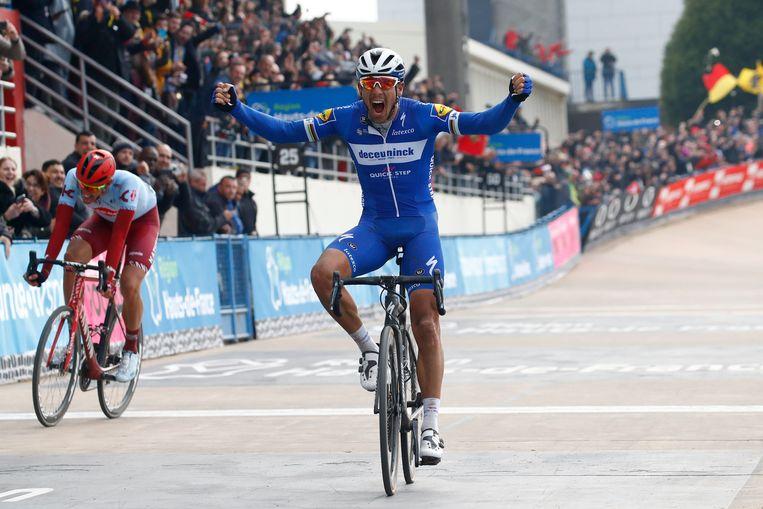 Philippe Gilbert juicht op de velodroom van Roubaix. Hij houdt Nils Politt af in de sprint. Beeld Photo News