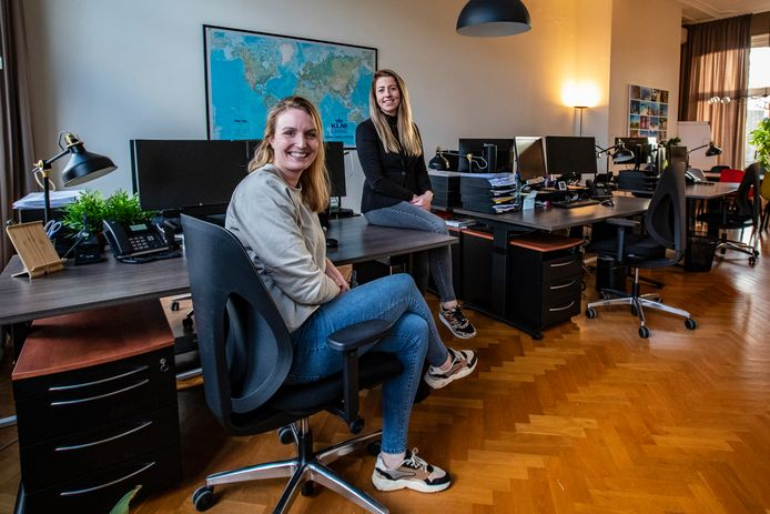 Jinke Hermsen (links) en Marjolein Smeenk op hun kantoor in het centrum van Deventer. Sinds 1 januari zijn ze de nieuwe eigenaren van Rientjes & Partners.