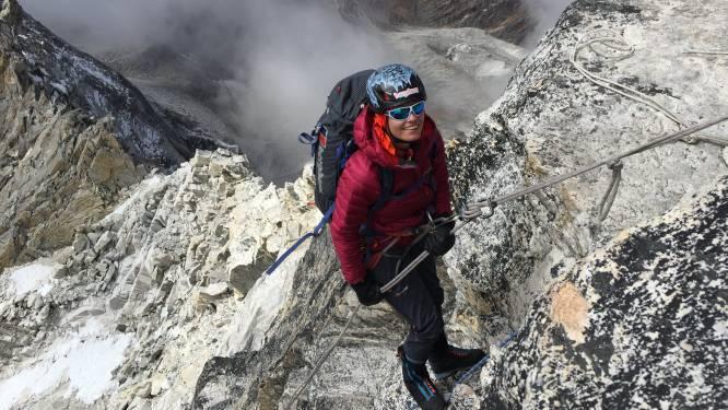 """Voor ze 8.000 meter hoge berg bedwingt, stopt politie-inspecteur en klimster Sofie Lenaerts (46) in dorpje Aksole in Pakistan: """"Voor 307 kindjes winterkledij en schoolgerief kopen"""""""