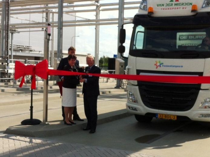 Burgemeester Ina Adema mocht het lint doorknippen waarmee de nieuwe ontromingsfabriek van DMV een feit is. Naast haar Roelof Joosten en achter haar Herman Sips van FrieslandCampina.