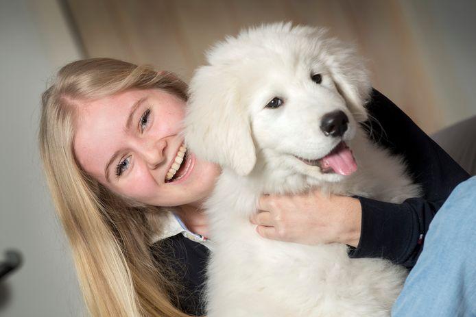 Nina van der Sangen met haar pup Monti.