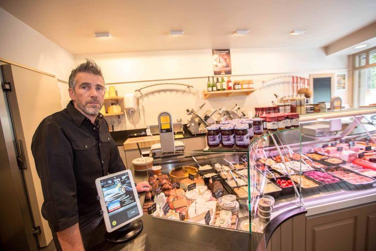 Gino Verbustel in zijn slagerij, waar de valsemunter dinsdag binnenstapte (r.).