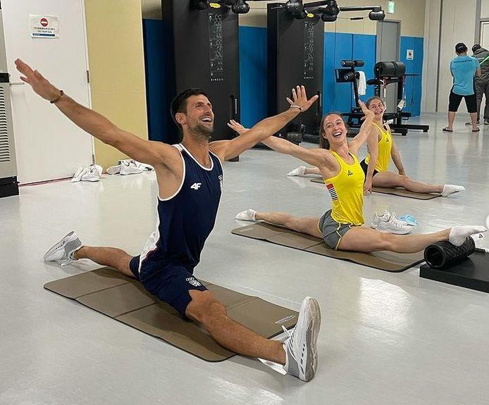 Instant bonne humeur pour Novak Djokovic et Nina Derwael avant leur entrée en lice aux Jeux Olympiques.