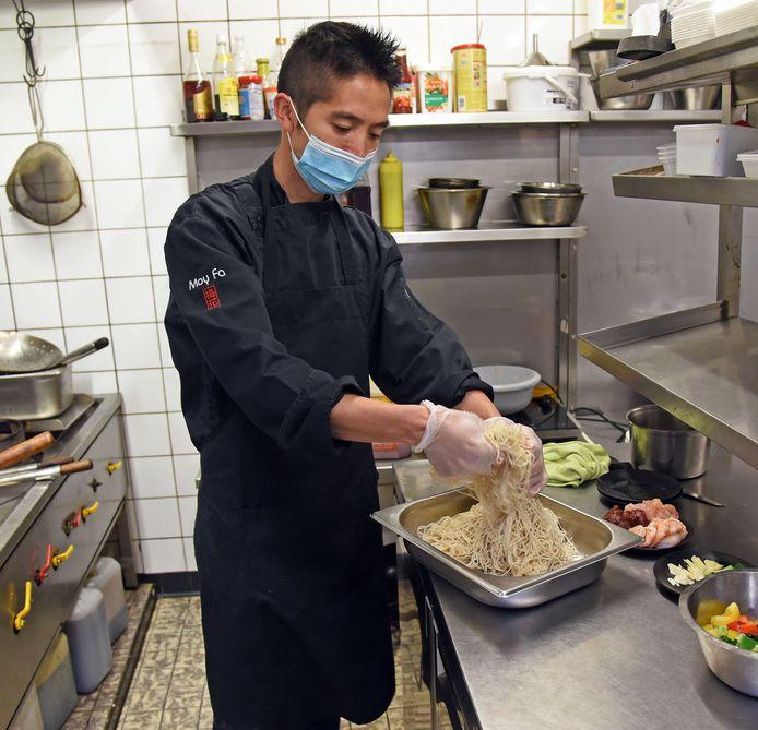 Chefkok Erwin Guo Wen bezig in de keuken.