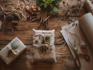 9 prachtige en ecologische manieren om kerstcadeautjes in te pakken (met spullen die je al in huis hebt)