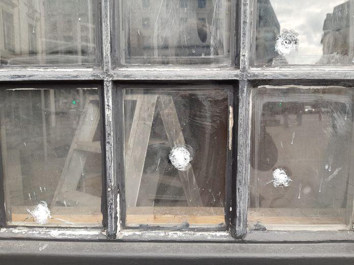 De impact veroorzaakte heel wat gaten in de ramen van het gebouw.